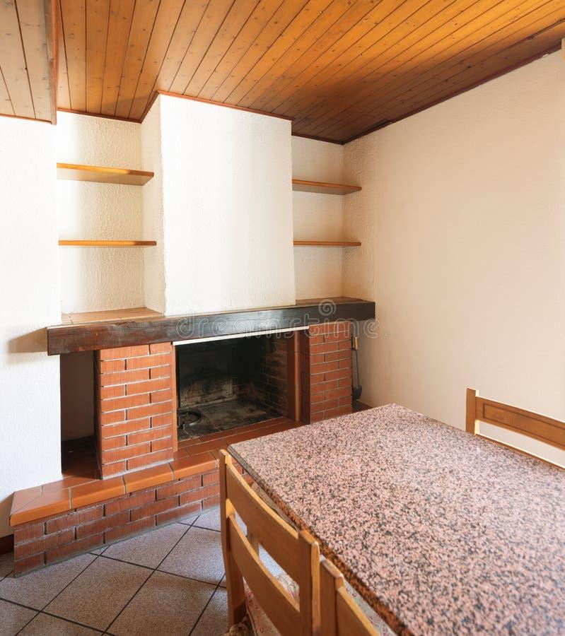 Κουζίνα με τον πίνακα και τα ξύλινα έπιπλα στοκ φωτογραφίες