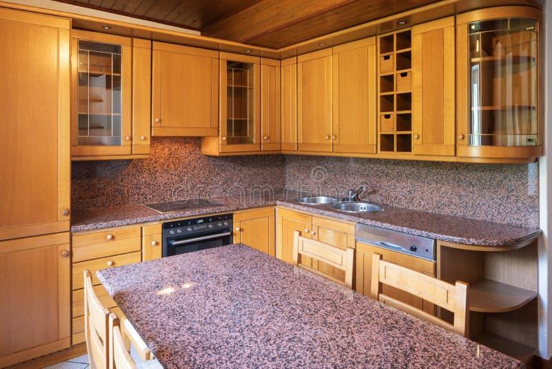 Κουζίνα με τον πίνακα και τα ξύλινα έπιπλα στοκ εικόνες με δικαίωμα ελεύθερης χρήσης