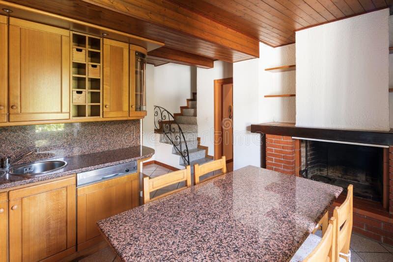 Κουζίνα με τον πίνακα και τα ξύλινα έπιπλα στοκ εικόνες