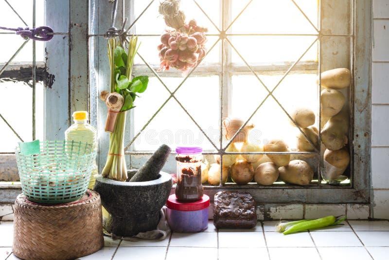 Κουζίνα στο σπίτι των κοινών ταϊλανδικών χωρικών στοκ φωτογραφία