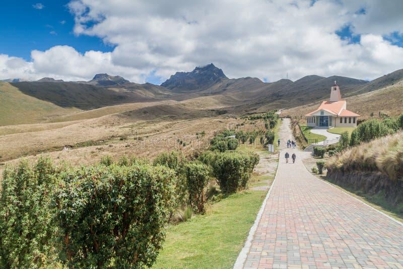 ΚΟΥΙΤΟ, ΙΣΗΜΕΡΙΝΟΣ - 25 ΙΟΥΝΊΟΥ 2015: Εκκλησία Λα Dolorosa Iglesia, Cruz Loma, ηφαίστειο Rucu Pichincha στο backgrou στοκ φωτογραφίες