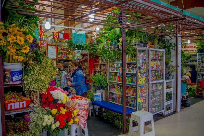 ΚΟΥΙΤΟ, ΙΣΗΜΕΡΙΝΟΣ - 23 ΝΟΕΜΒΡΊΟΥ 2016: Μια αγορά λουλουδιών με κάποια ιατρική naturist στη δημοτική αγορά που βρίσκεται στο SAN στοκ εικόνες