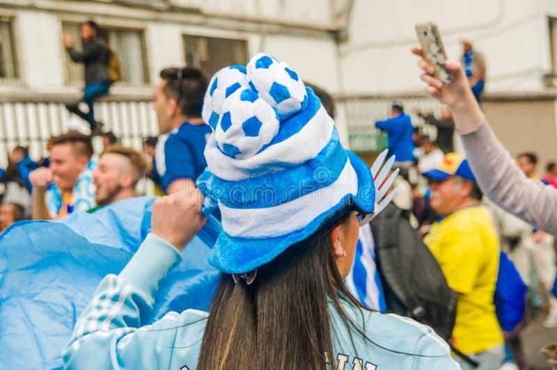 ΚΟΥΙΤΟ, ΙΣΗΜΕΡΙΝΟΣ - 11 ΟΚΤΩΒΡΊΟΥ 2017: Κλείστε επάνω του ανεμιστήρα γυναικών της Αργεντινής που φορά ένα καπέλο ποδοσφαίρου και  στοκ φωτογραφίες