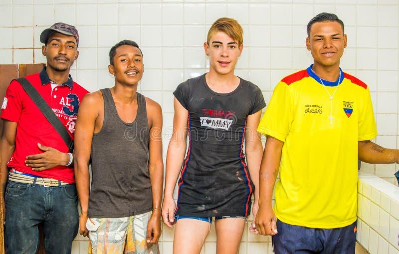 ΚΟΥΙΤΟ, ΙΣΗΜΕΡΙΝΟΣ, ΣΤΙΣ 21 ΑΥΓΟΎΣΤΟΥ 2018: Τέσσερις νέοι τύποι που θέτουν για τη κάμερα μέσα ενός καταφυγίου για τους της Βενεζο στοκ εικόνα
