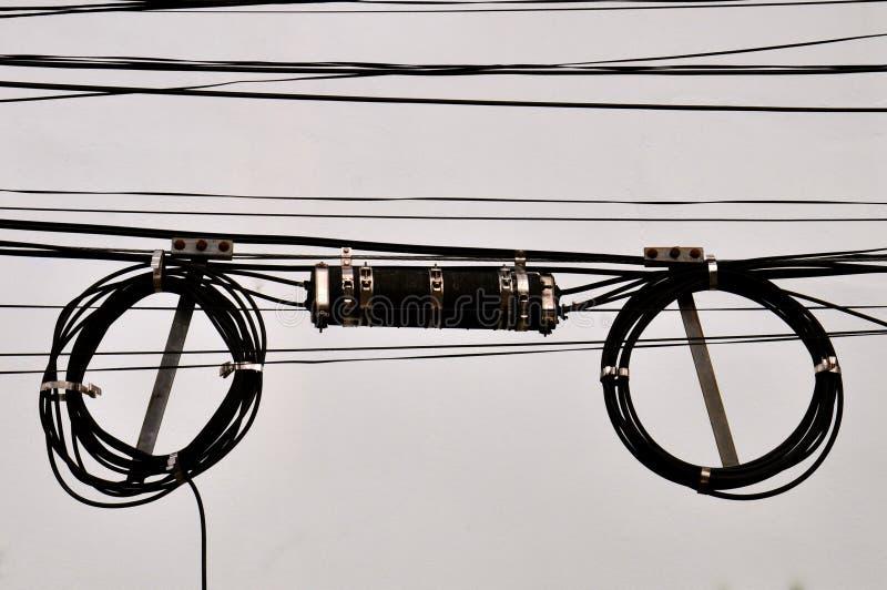 Κουλουριασμένα τηλεφωνικά καλώδια και κιβώτιο συνδέσεων στοκ εικόνες με δικαίωμα ελεύθερης χρήσης