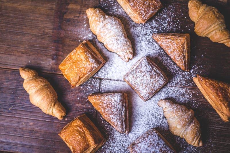 Κουλούρια από τη ζύμη ριπών που ψεκάζεται με την κονιοποιημένη ζάχαρη στοκ εικόνες