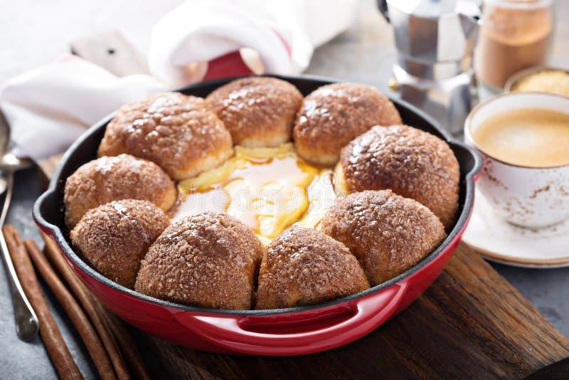 Κουλούρια ζάχαρης κανέλας με cheesecake την εμβύθιση στοκ εικόνες με δικαίωμα ελεύθερης χρήσης