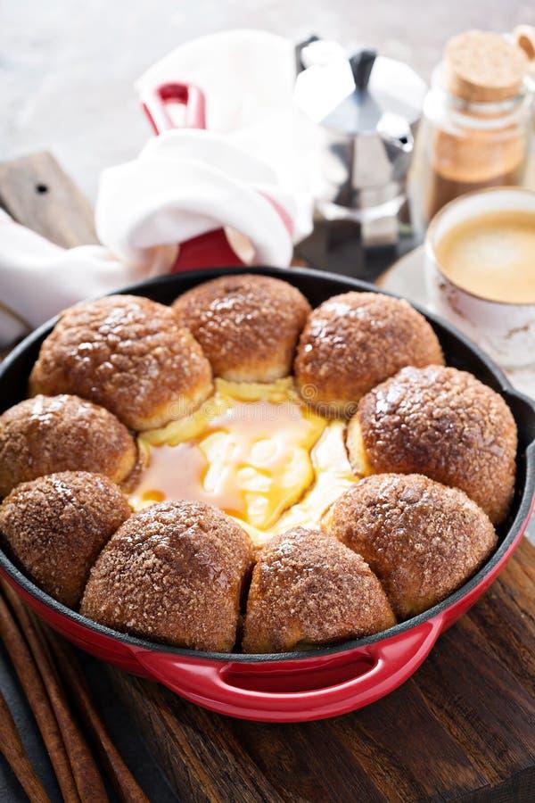 Κουλούρια ζάχαρης κανέλας με cheesecake την εμβύθιση στοκ φωτογραφία με δικαίωμα ελεύθερης χρήσης