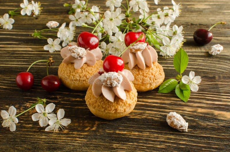 Κουλούρια Choux τις τριζάτες ριπές κρέμας Craquelin που γεμίζουν με με την κρέμα κερασιών στοκ εικόνα με δικαίωμα ελεύθερης χρήσης