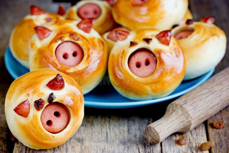 Κουλούρια Piggies που γεμίζονται με το λουκάνικο στοκ εικόνες
