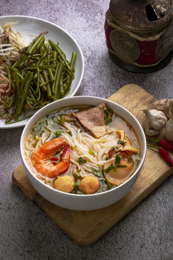 Κουλούρι ο ταϊλανδικός Tom Yum Ταϊλανδικό νουντλς traditoinal που μαγειρεύετα στοκ εικόνες