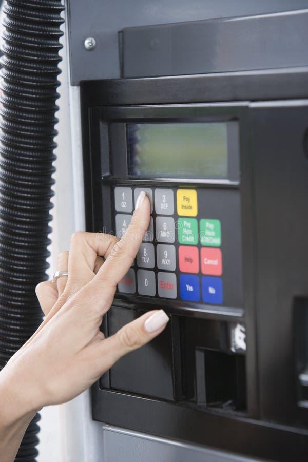 Κουμπί αριθμού συμπίεσης χεριών στη μηχανή του ATM στοκ εικόνες με δικαίωμα ελεύθερης χρήσης