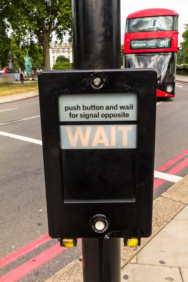 Κουμπί διαβάσεων πεζών για τον πεζό με την ελαφριά προειδοποίηση Λονδίνο UK στοκ εικόνες
