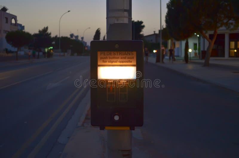 Κουμπί διαβάσεων πεζών για τον πεζό το βράδυ Ωθήστε αυτό το κουμπί για να διασχίσετε στοκ εικόνα με δικαίωμα ελεύθερης χρήσης