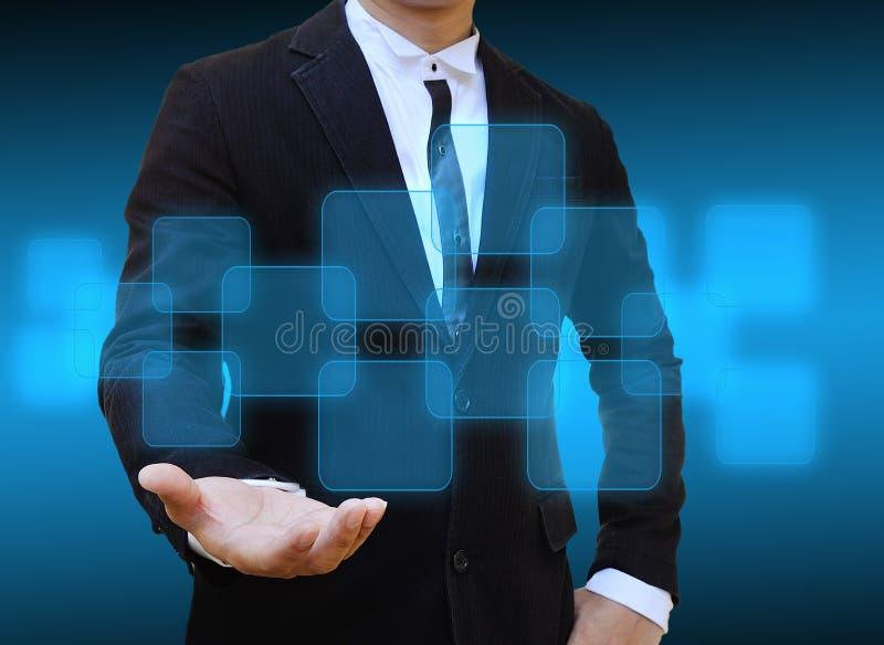 Κουμπί εκμετάλλευσης χεριών επιχειρηματιών στοκ εικόνα