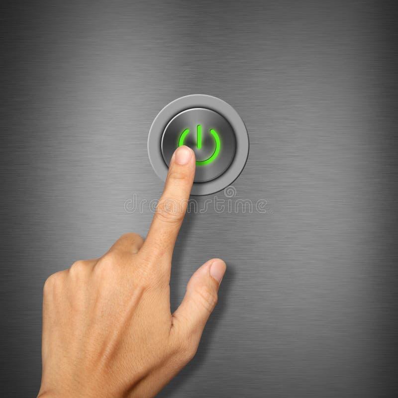 Κουμπί ισχύος πίεσης χεριών στη μεταλλική ανασκόπηση απεικόνιση αποθεμάτων