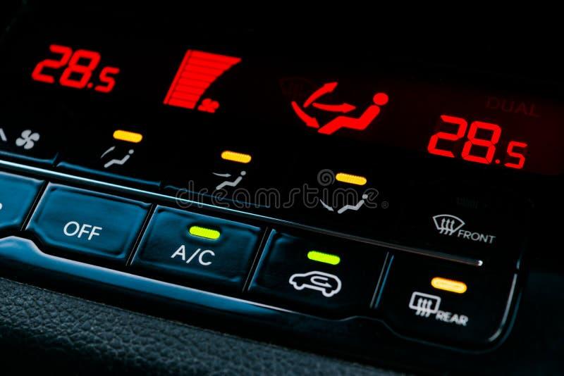 Κουμπί κλιματισμού μέσα σε ένα αυτοκίνητο Μονάδα εναλλασσόμενου ρεύματος ελέγχου κλίματος στο νέο αυτοκίνητο σύγχρονες εσωτερικές στοκ φωτογραφία με δικαίωμα ελεύθερης χρήσης