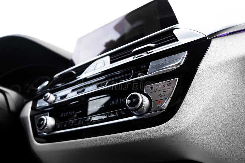 Κουμπί κλιματισμού μέσα σε αυτοκίνητο Μονάδα κλιματικού ελέγχου AC στο νέο αυτοκίνητο Λεπτομέρειες εσωτερικού λευκού δέρματος μον στοκ εικόνες