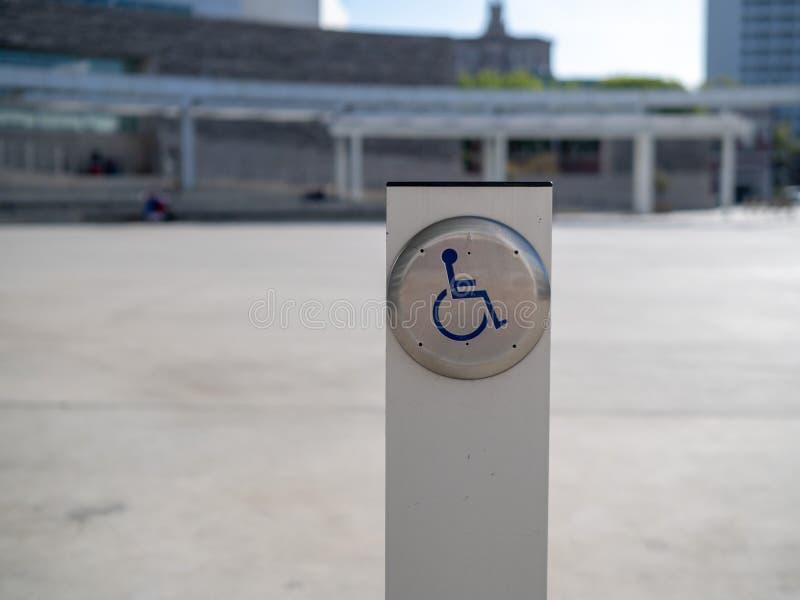 Κουμπί πορτών δυνατότητας πρόσβασης αναπηρίας σε μια θέση στοκ εικόνα