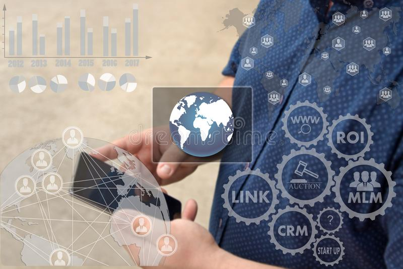 Κουμπί της σύνδεσης παγκόσμιων σε απευθείας σύνδεση δικτύων στους βράχους σε λόφο αφής στοκ εικόνες