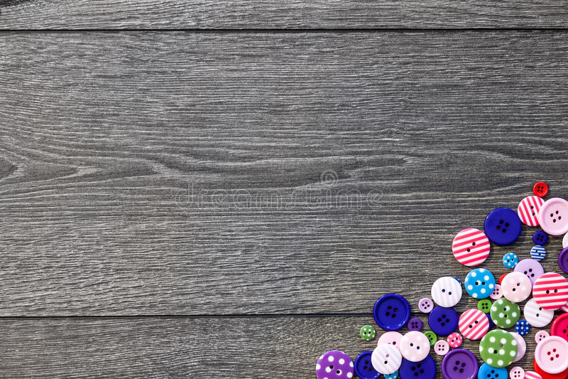 Κουμπιά επιλογής χρωματισμών στον ξύλινο πίνακα στοκ εικόνες