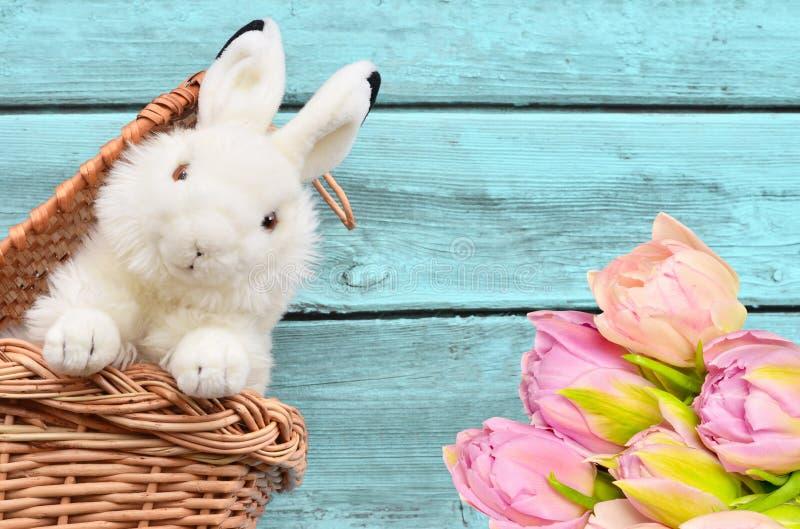 Κουνέλια στο καλάθι και το λουλούδι στοκ εικόνες
