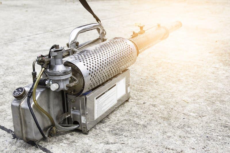 Κουνούπια που ψεκάζουν τη μηχανή για να αποβάλει τα κουνούπια που προκαλούν το δάγκειο στοκ εικόνα