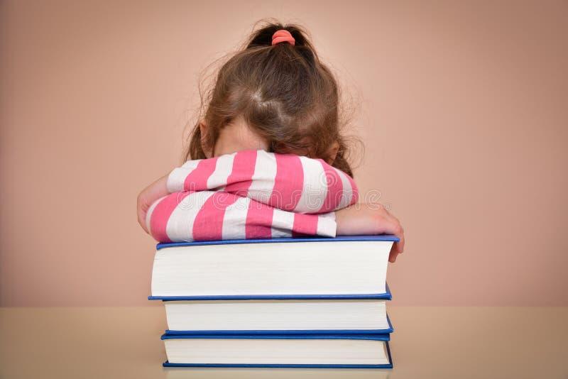 Κουρασμένα νέο κορίτσι και βιβλία στοκ εικόνες