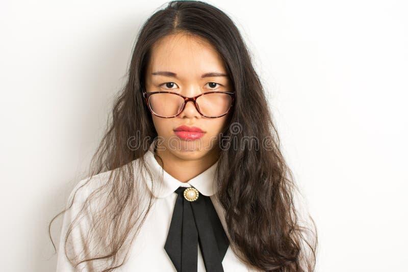 Κουρασμένη ασιατική επιχειρηματίας με τα γυαλιά στοκ φωτογραφία με δικαίωμα ελεύθερης χρήσης
