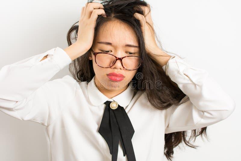 Κουρασμένη ασιατική επιχειρηματίας με τα γυαλιά στοκ εικόνα με δικαίωμα ελεύθερης χρήσης