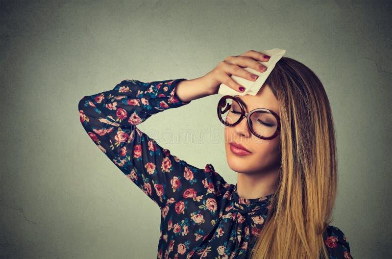 Κουρασμένη γυναίκα που τονίζεται ιδρώτας έχοντας τον πονοκέφαλο στοκ φωτογραφία με δικαίωμα ελεύθερης χρήσης