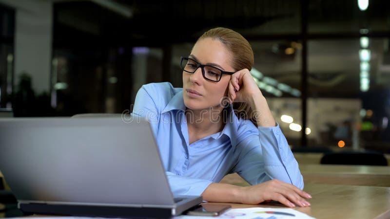 Κουρασμένη επιχειρηματίας που εργάζεται αργά τη νύχτα στο lap-top στην αρχή, τον πολυάσχολο τρόπο ζωής στοκ φωτογραφία με δικαίωμα ελεύθερης χρήσης