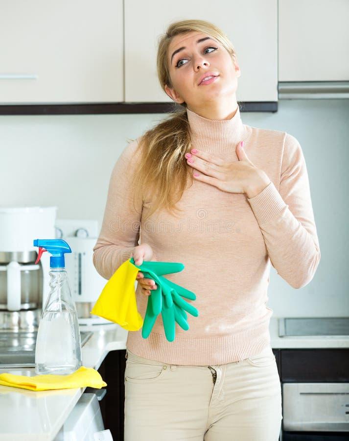 Κουρασμένη νέα γυναίκα στα λαστιχένια γάντια στοκ εικόνες με δικαίωμα ελεύθερης χρήσης