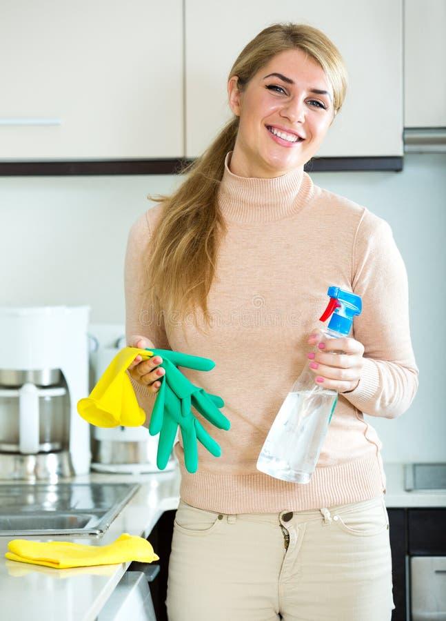 Κουρασμένη νέα γυναίκα στα λαστιχένια γάντια στοκ φωτογραφία με δικαίωμα ελεύθερης χρήσης