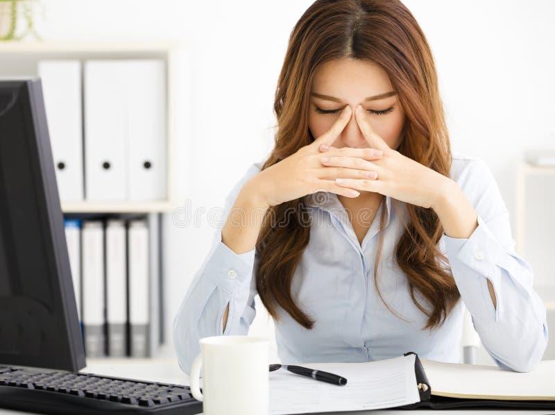 κουρασμένη νέα εργασία επιχειρησιακών γυναικών στην αρχή στοκ εικόνες