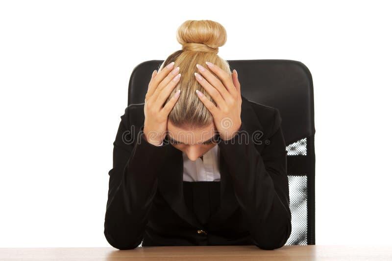 Κουρασμένη νέα όμορφη ξανθή επιχειρηματίας στοκ φωτογραφία με δικαίωμα ελεύθερης χρήσης