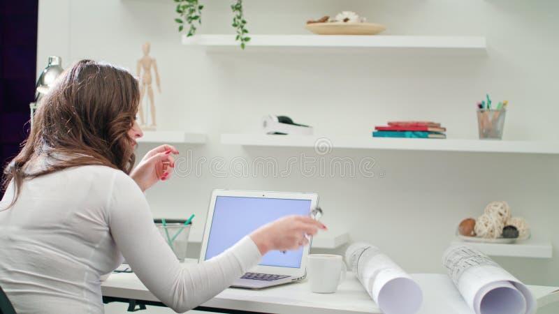 Κουρασμένη την κυρία Working σε ένα γραφείο στοκ εικόνες