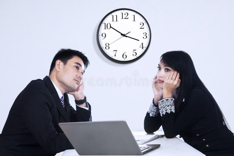Κουρασμένοι επιχειρηματίες στοκ εικόνα με δικαίωμα ελεύθερης χρήσης