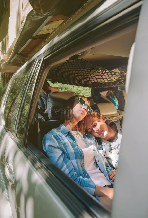Κουρασμένοι φίλοι γυναικών που κοιμούνται μέσα του αυτοκινήτου στοκ εικόνες με δικαίωμα ελεύθερης χρήσης