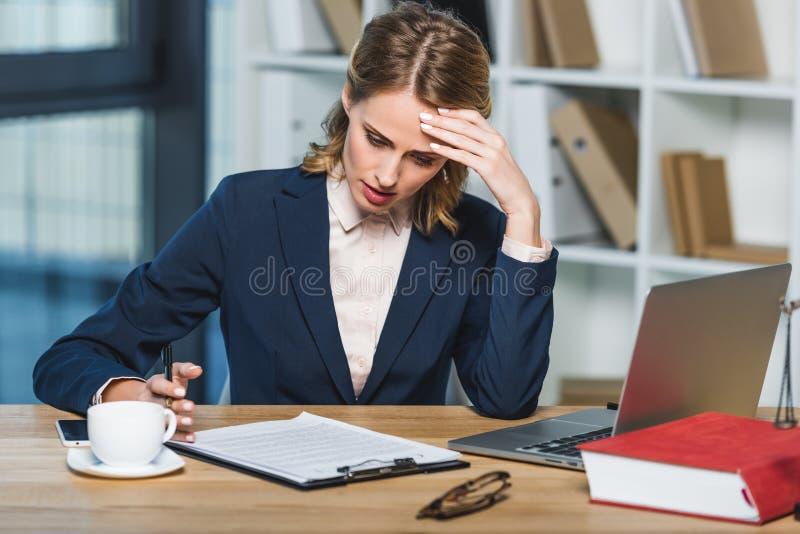 Κουρασμένος δικηγόρος στον εργασιακό χώρο στοκ φωτογραφίες με δικαίωμα ελεύθερης χρήσης