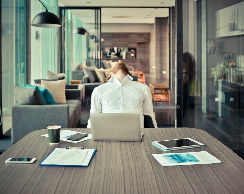 Κουρασμένος δυτικός επιχειρηματίας με πολλή εργασία στην αρχή στοκ φωτογραφία με δικαίωμα ελεύθερης χρήσης