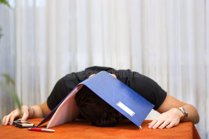 Κουρασμένος, εξαντλημένος ή αποθαρρημένος νεαρός άνδρας με το α στοκ εικόνες