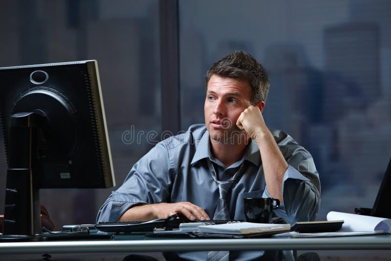 Κουρασμένος επαγγελματίας που εξετάζει την οθόνη που ενοχλείται στοκ φωτογραφίες με δικαίωμα ελεύθερης χρήσης