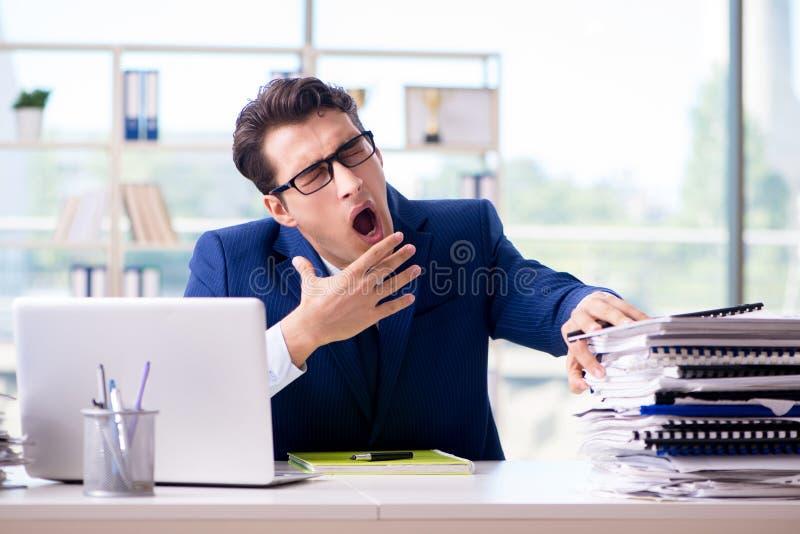 Κουρασμένος επιχειρηματίας που εξαντλείται μετά από τη σκληρή δουλειά και το υπερβολικό worklo στοκ φωτογραφία με δικαίωμα ελεύθερης χρήσης