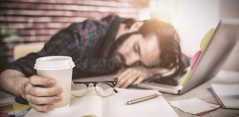 Κουρασμένος δημιουργικός συντάκτης που κρατά το μίας χρήσης φλυτζάνι στοκ εικόνα με δικαίωμα ελεύθερης χρήσης