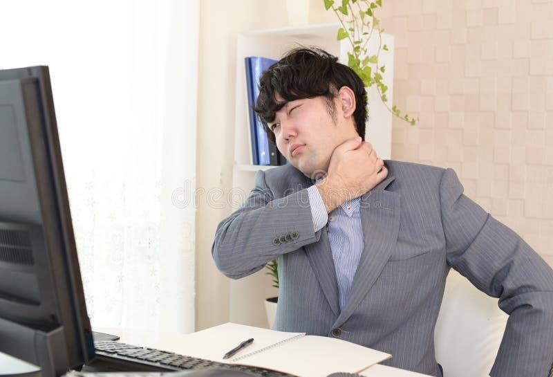 Κουρασμένος και τονισμένος ασιατικός επιχειρηματίας στοκ εικόνα