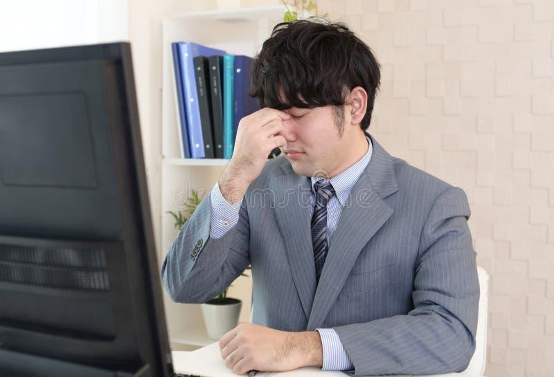 Κουρασμένος και τονισμένος ασιατικός επιχειρηματίας στοκ εικόνα με δικαίωμα ελεύθερης χρήσης