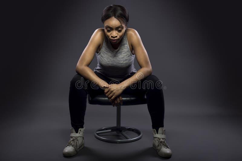 Κουρασμένος μαύρος θηλυκός αθλητής ή στήριξη στοκ φωτογραφία
