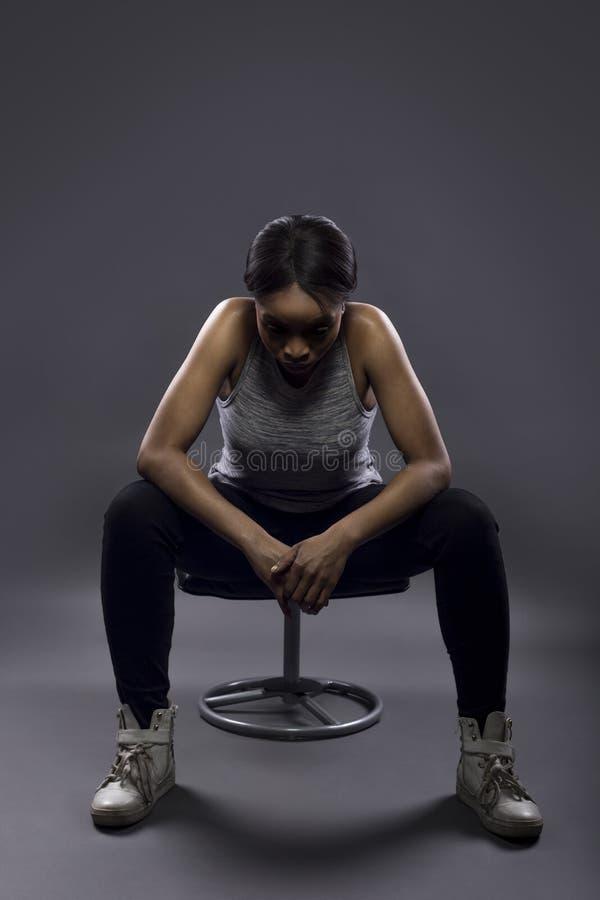 Κουρασμένος μαύρος θηλυκός αθλητής ή στήριξη στοκ φωτογραφία με δικαίωμα ελεύθερης χρήσης