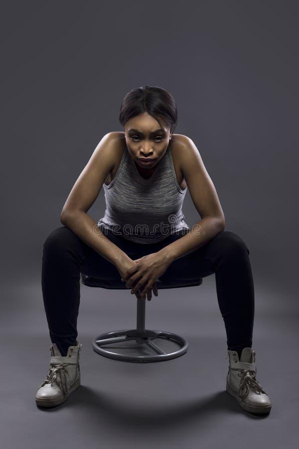 Κουρασμένος μαύρος θηλυκός αθλητής ή στήριξη στοκ εικόνα